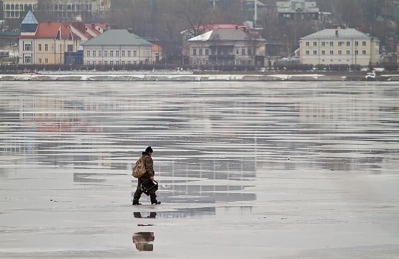 мужчина идет по льду